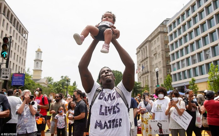 WASHINGTON, D.C .: A protester brandishes a child during a demonstration in Washington D.C. against racial inequality following the death of Minneapolis in police custody by George Floyd. Demonstrations are planned throughout the day