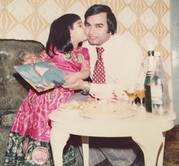 Patel als Kind, abgebildet mit ihrem Vater. Sie sagte: