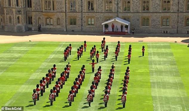 La cérémonie à échelle réduite au château de Windsor a vu le 1er Bataillon Welsh Guards, dont la couleur devait être mise en service cette année lors du défilé d'anniversaire de la Reine à Horse Guards, se produire devant Sa Majesté