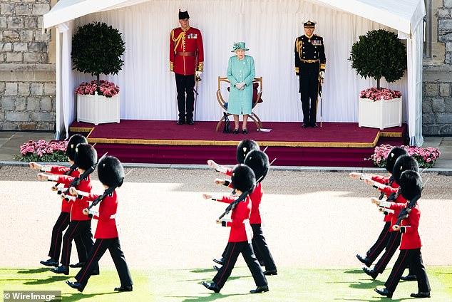 La monarque a coupé une silhouette élégante dans un manteau turquoise recyclé et un chapeau assorti - dans ce qui était son premier engagement royal officiel depuis le début du verrouillage