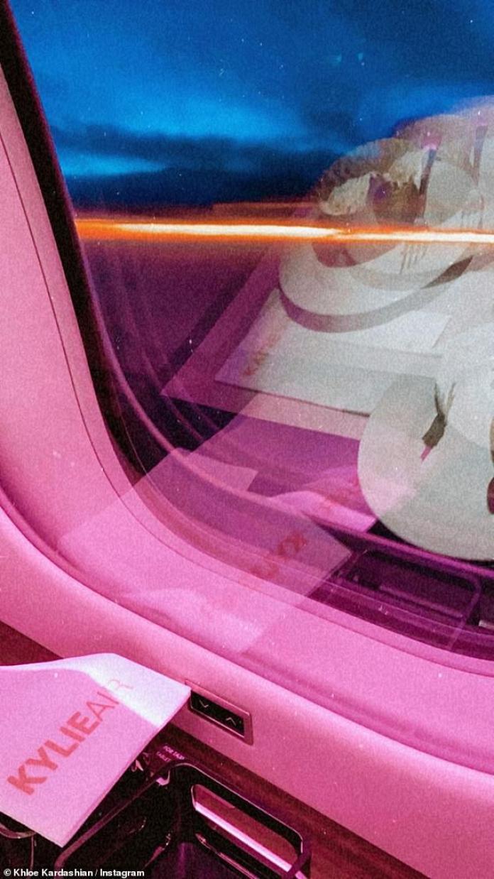 Viaje colorido: Khloé Kardashian, de 35 años, compartió una foto impresionante desde el interior del avión privado de Kylie Jenner.  Según los informes, el falso multimillonario gastó alrededor de $ 130 millones en los últimos meses en viajes en avión y mantenimiento, más ofertas inmobiliarias