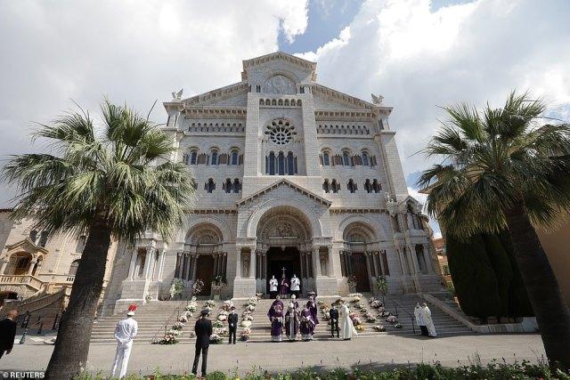La cathédrale de Monaco où les funérailles de la baronne Elizabeth-Ann ont eu lieu ce matin.  La baronne était fortement impliquée dans le travail caritatif à travers son pays d'origine et était présidente de la Fédération monégasque de tennis et du Monte Carlo Country Club