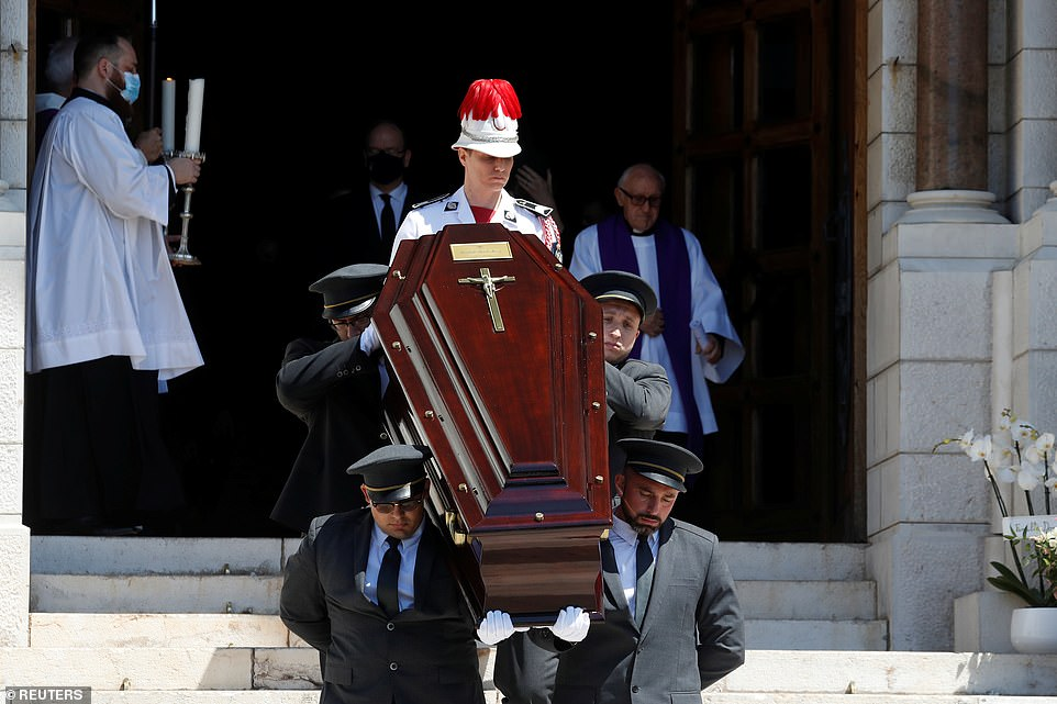 Les porteurs portent le cercueil de feu la baronne Elizabeth-Ann après la cérémonie funéraire à la cathédrale de Monaco à Monaco