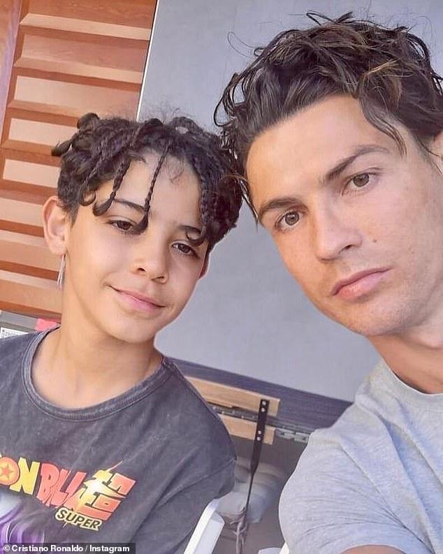 «Je ne peux pas croire que mon garçon a 10 ans!  `` Fier '' Cristiano Ronaldo a rendu hommage à son fils sosie, également appelé Cristiano, pour son anniversaire sur Instagram mercredi