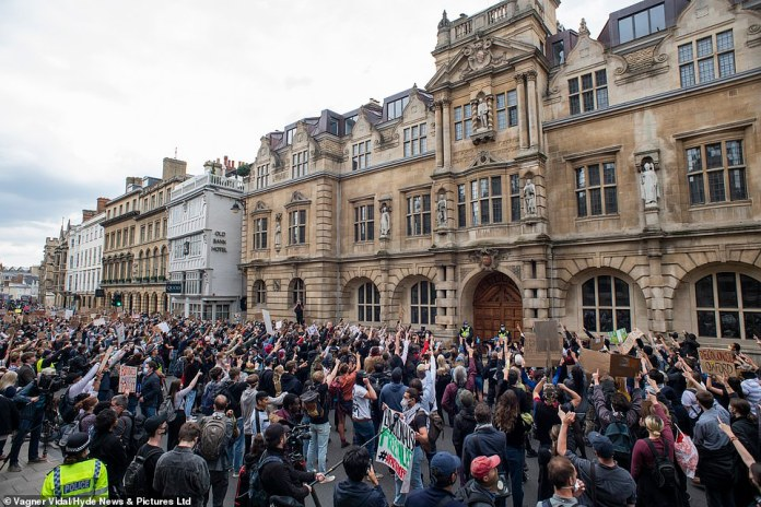 The board of directors has now `` expressed its wish to remove the statue of Cecil Rhodes and the King Edward street plaque '' (photo: protesters in Oxford)