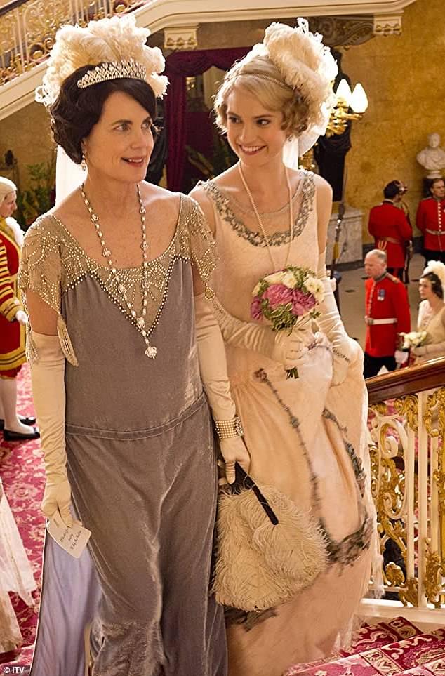 Rôle en petits groupes: Lily a connu la gloire en tant que Lady Rose à Downton Abbey, photographiée avec la co-star Elizabeth McGovern