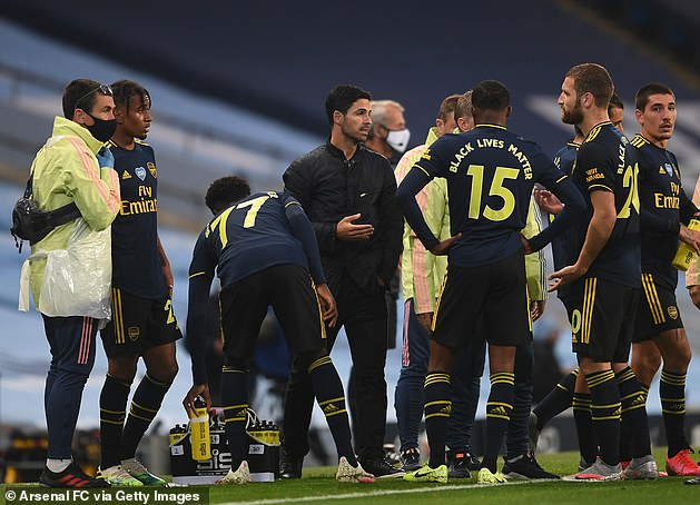 Mikel Arteta gives instructions to Arsenal players during defeat at Manchester City