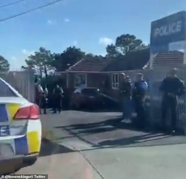 Vendredi matin, la police a envahi la zone (photo) après que deux policiers ont été abattus par un conducteur qui s'est ensuite éloigné de la scène, heurtant un piéton.