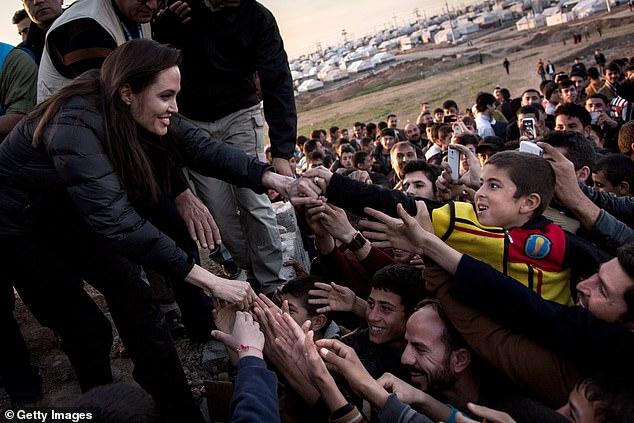 Mondialisation: dans un nouvel essai rédigé pour le magazine TIME jeudi, Angelina Jolie a exhorté les Américains à considérer la lutte en cours pour les «droits de l'homme et l'égalité» comme «un seul combat» se déroulant à travers le monde;  Angelina photographiée avec des réfugiés syriens en 2015