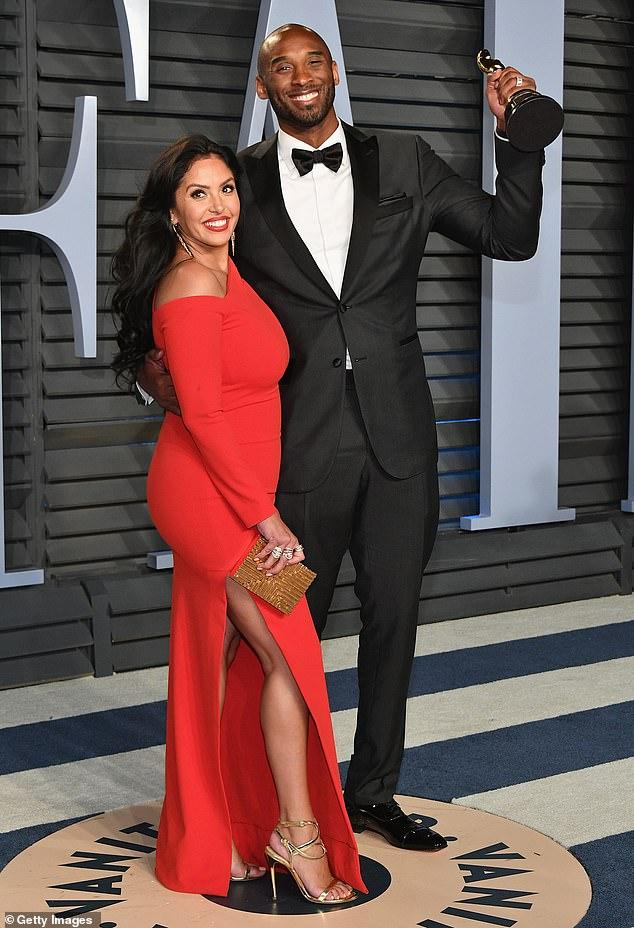 Amours de longue date: Kobe et Vanessa Bryant étaient mariés depuis plus de 18 ans au moment de sa mort tragique;  le couple est photographié ensemble à la soirée des Oscars Vanity Fair 2018
