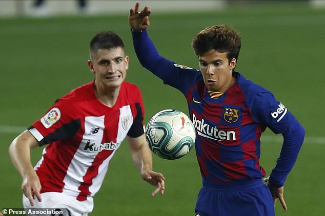 Barcelona´s Riqui Puig, right, fights for the ball with Athletic Bilbao´s Oihan Sancet (Joan Monfort/AP)