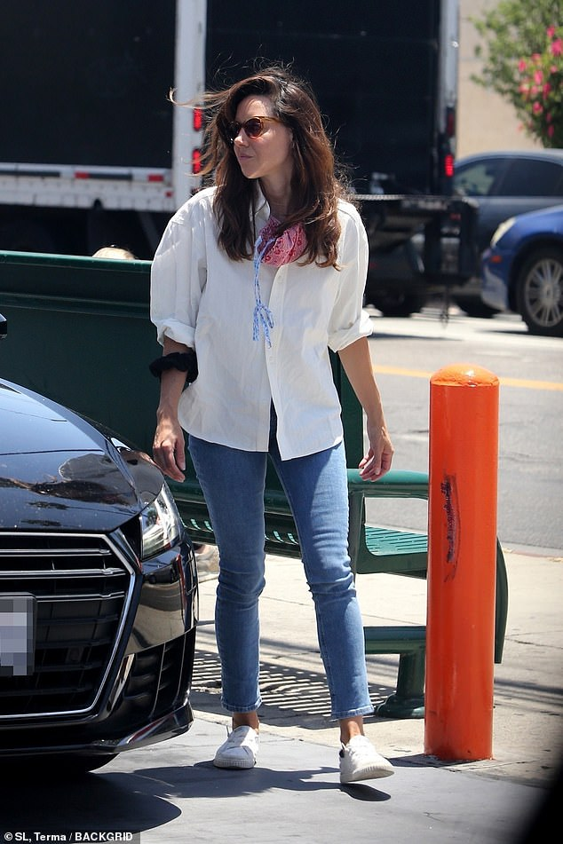 Aubrey's look:Plaza was wearing a plain white button-=down dress shirt with the sleeves rolled up to her elbows