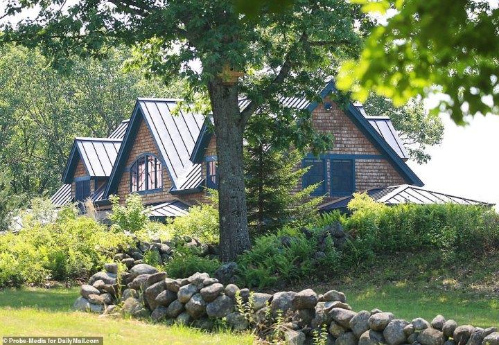 """Tuckedaway – plus prosaïquement, 338-Orient de Washington de la Route est un quatre chambres, quatre salle de bains ossature bois de la maison qui, se vantait de l'agent immobilier qui a négocié la vente, 'le total de la vie privée"""""""