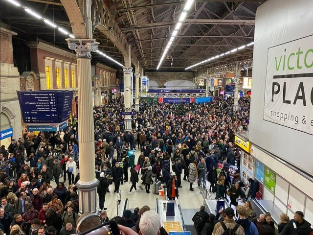 Very busy crowds at Victoria station
