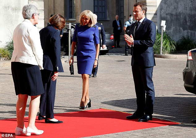 Upon arrival, Emmanuel Macron, who was not wearing a mask at the time, kept his distance from the staff and participants