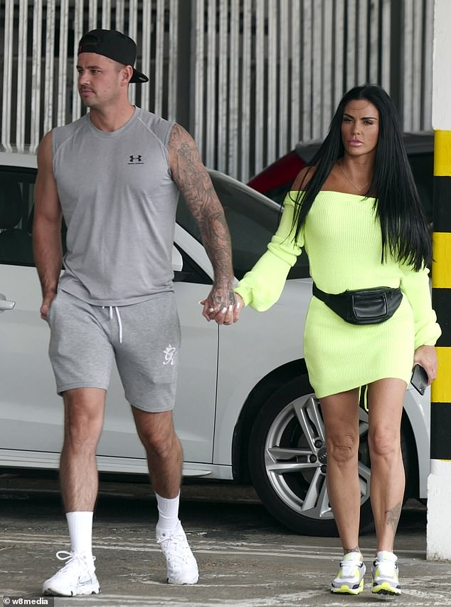 Katie Price 42 Puts On A Cosy Display With Boyfriend Carl Woods 31 During Outing Todayheadline