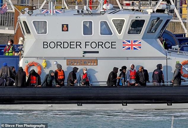 Plus de 2 750 clandestins auraient atteint le Royaume-Uni de l'autre côté de la Manche cette année, dont 90 non encore confirmés qui ont atterri à Douvres hier