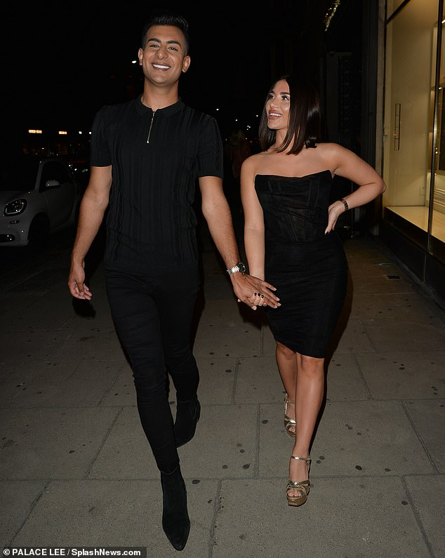 Glamor: Chloé, 19, opted for a black corset midi dress that highlighted her curves, she associated it with golden heels (photo with her boyfriend Junaid Ahmed)