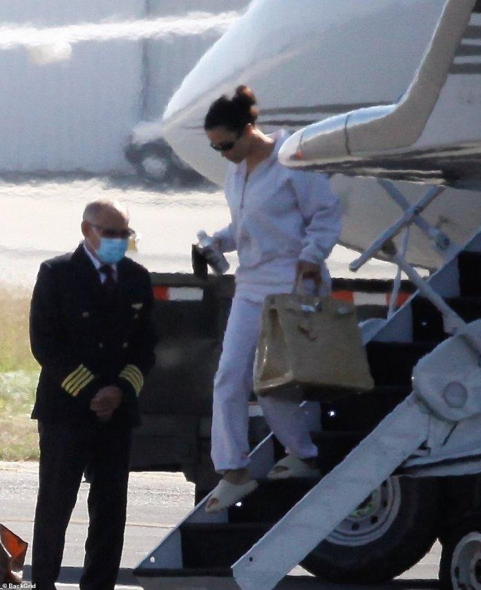 Visita voladora: la estrella de KUWTK, de 39 años, parecía abatida cuando la vieron sola después de su viaje para ver a su cónyuge en apuros para conversaciones de crisis después de los raperos en relación con las protestas de Twitter y una extraña campaña presidencial.
