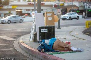 Um sem-teto na Calçada da Fama de Hollywood. Viciados e sem-teto, muitos dos quais claramente doentes mentais, caminham como zumbis nas ruas cheias de palmeiras - todos a apenas três quarteirões de casas de milhões de dólares com vista para o Pacífico