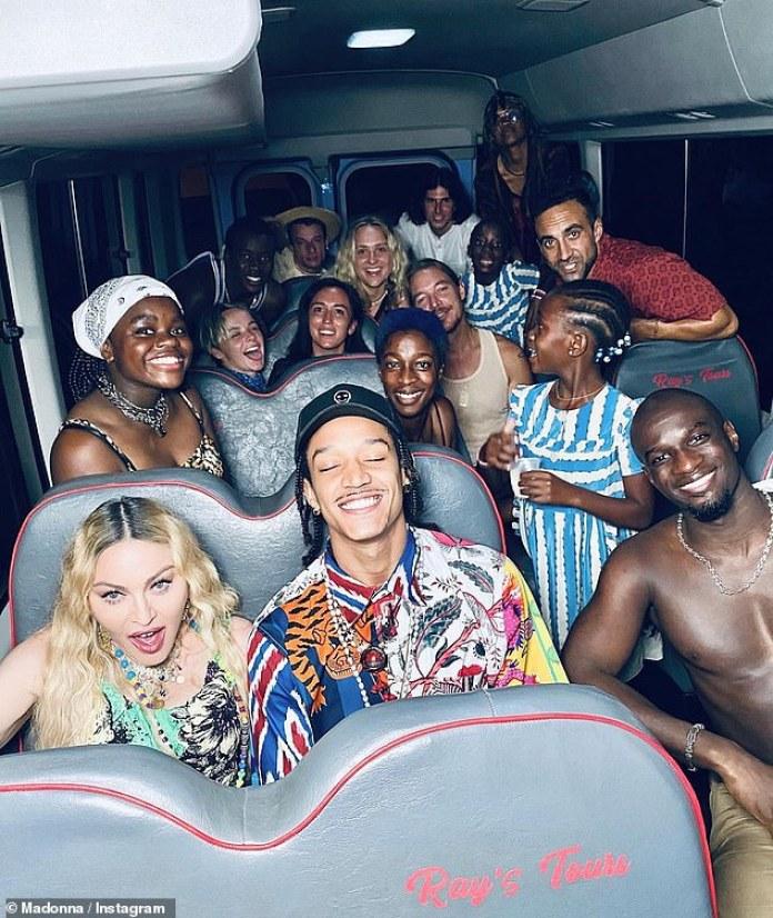 Autobús de fiesta: Más imágenes ven a las hijas de Madonna, Mercy, de 14 años, junto con las gemelas Estere y Stelle, de siete, todas posando con amigos en el autobús de la gira.