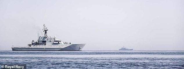 El buque patrullero offshore HMS Mersey hace sombra a uno de los nueve buques de guerra rusos vistos en aguas cercanas al Reino Unido