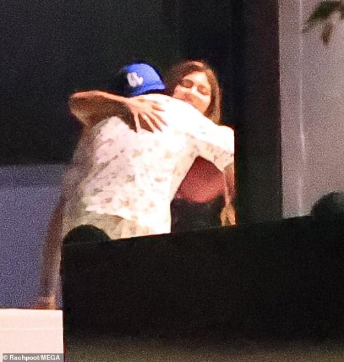 Hola: el cantante fue en todo momento el cálido anfitrión mientras saludaba a los asistentes con abrazos (en la foto con Kylie) y les brindaba bebidas alcohólicas.