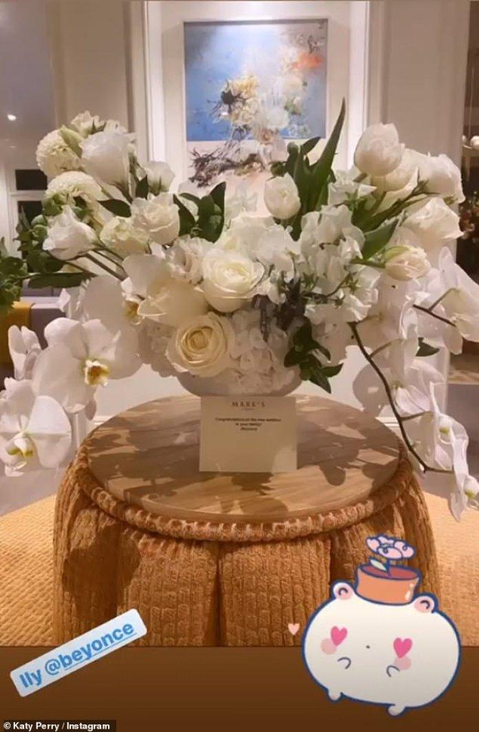 Increíble: Katy reveló a su historia de Instagram el martes que Beyonce, de 38 años, le había regalado un ramo de flores para celebrar el nacimiento, ordenó las flores a través de un diseñador de eventos y flores de lujo a las estrellas, Mark¿s Garden, con precios desde $ 250