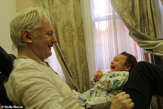 Julian Assange (à gauche) est photographié avec son fils Gabriel (à droite).  La mère de Gabriel, Mme Morris, pense qu'Assange fera face à un procès-spectacle s'il est extradé vers les États-Unis