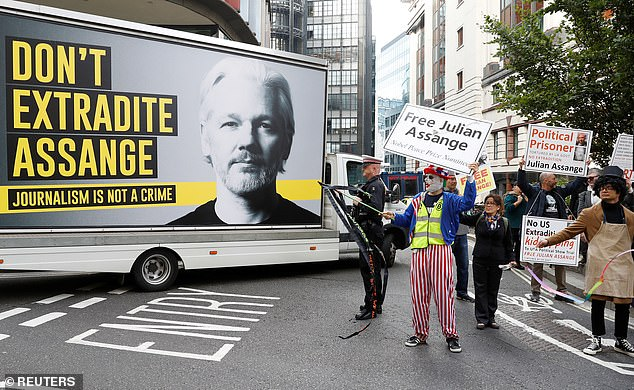 Demonstrators protesting the potential extradition of Julian Assange have gathered outside the Old Bailey this morning