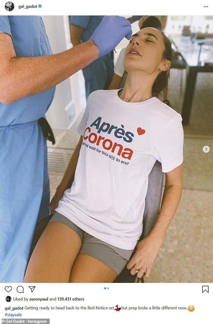 La seguridad es lo primero: Gal Gadot, de 35 años, mostró las medidas de seguridad del coronavirus en su próxima película Red Notice con una publicación de Instagram el martes en la que se le hizo una prueba de frotis nasal.