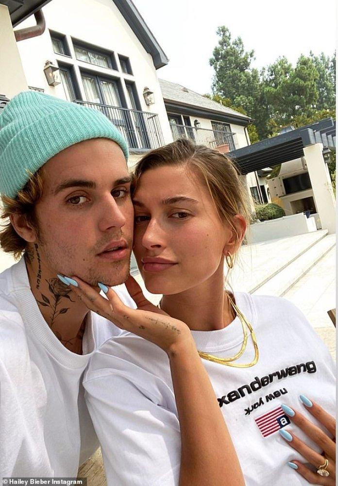 Agapornis: la modelo posó para una selfie con su hombre, mientras colocaba su mano derecha debajo de su barbilla y la cara presionada contra su mejilla.
