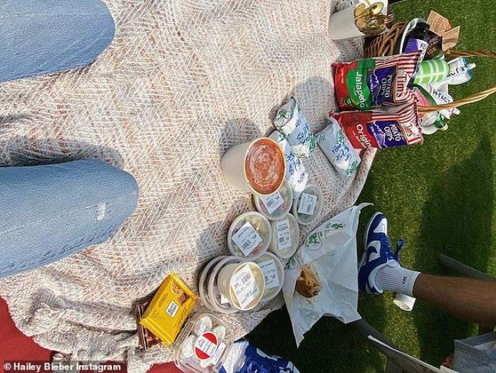 'Dama de picnic', la supermodelo criada en Baldwin subtituló una foto de sí misma tumbada sobre una manta beige y disfrutando del aire fresco