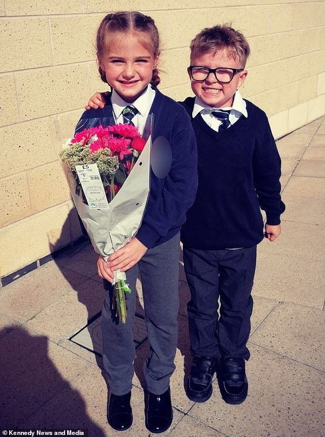 Schoolboy, seven, waits outside school gates with flowers to win back his  girlfriend - xoonews