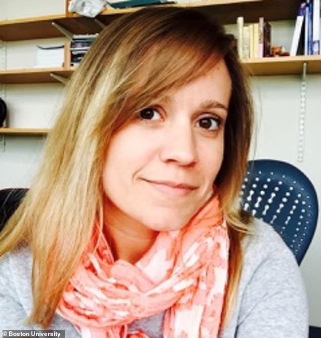 La femme qui a été écrasée à mort dans son nouvel immeuble dans un accident d'ascenseur a été identifiée comme étant la professeure de l'Université de Boston, Carrie O'Connor (photo).  Elle avait 38 ans