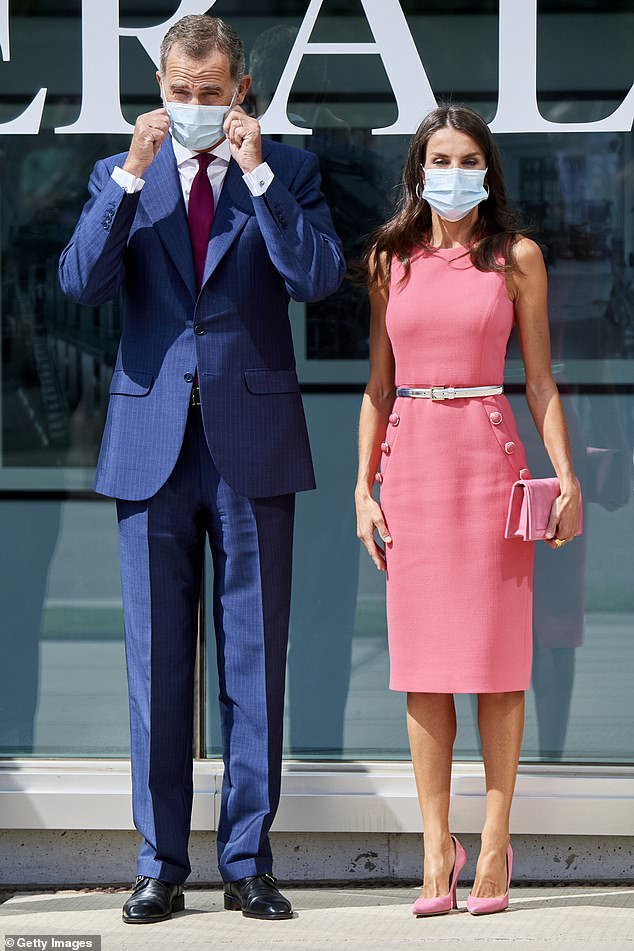 Both royals wore face coverings in accordance with sanitary guidelines to prevent the spread of the coronavirus