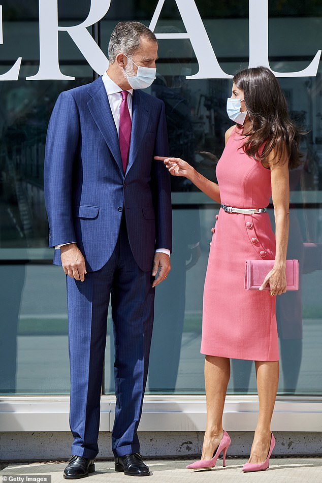 Standing in frotn of the Heraldo bulding, Felipe VI and Letizia shared a moment of complicity during the event