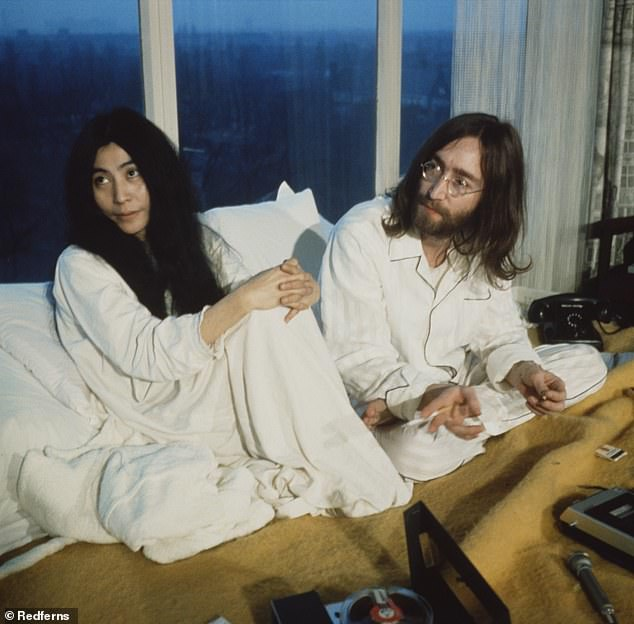 Йоко Оно и Джон Леннон во время их «ночевки» в президентском люксе отеля Hilton в Амстердаме в марте 1969 года.