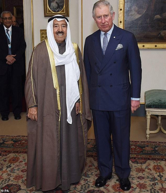 Le prince de Galles s'est rendu au Koweït dimanche soir pour présenter ses condoléances à la suite du décès du dirigeant du pays, Sheikh Sabah Al Ahmad Al Sabah.  Sur la photo: Charles avec Sheikh Sabah à Clarence House en 2016