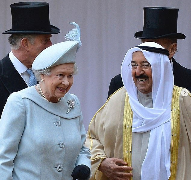 La reine a également déclaré qu'elle était `` attristée '' d'apprendre sa mort mercredi, ajoutant qu'elle appréciait profondément son amitié avec le Royaume-Uni et louait le travail humanitaire du défunt émir.  Sur la photo: le monarque avec l'émir en 2012