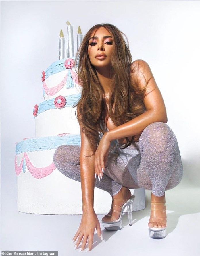 Sexy en plata: Kim mostró sus mechones resaltados en caramelo mientras se ponía un bikini plateado y pantalones transparentes y brillantes en otra toma promocionando su maquillaje de cumpleaños.