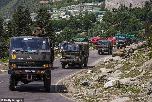 Konwój armii indyjskiej jedzie autostradą graniczącą z Chinami w czerwcu w następstwie śmiertelnego starcia na od dawna spornej granicy