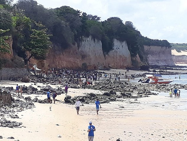 People visiting the beach rushed to the rubble and tried to dig up the family with their hands and sticks