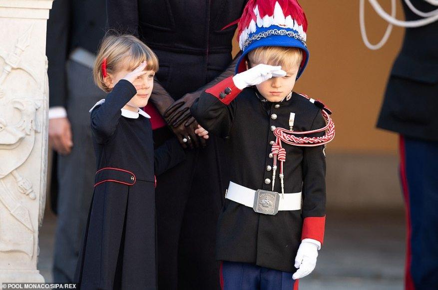 Принцесса Габриэлла быстро присоединилась к своему брату в королевском приветствии, когда они присутствовали на церемонии награждения на праздновании Национального дня дворца Монако.