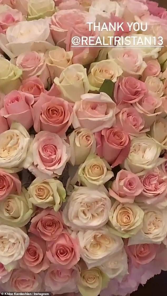 Великолепно: И Томпсон отправил своей прекрасной даме потрясающую композицию из роз в честь ее большой победы.