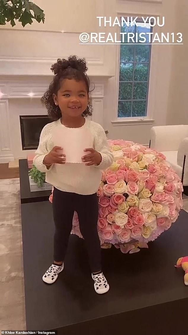 Цветочная композиция: Кардашьян недавно забрала домой приз зрительских симпатий звезде реалити-шоу 2020 года во время ежегодной церемонии голосования фанатов в прошлое воскресенье вечером.