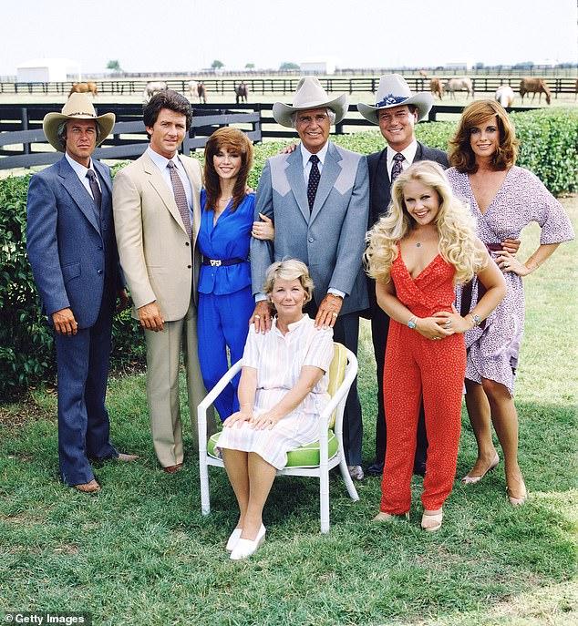 Los días de Dallas: de izquierda a derecha, Steve Kanaly (como Ray Krebbs), Patrick (como Bobby Ewing), Victoria Principal (como Pamels Barnes Ewing), (sentada), Barbara Bel Geddes (como Eleanor Southworth 'Miss Ellie' Ewing), Jim Davis (1909-1981) (como John Ross 'Jock' Ewing), Larry Hagman (como John Ross 'JR' Ewing, Jr.), Charlene Tilton (como Lucy Ewing) (en rojo) y Linda Gray (como Sue Ellen Ewing)
