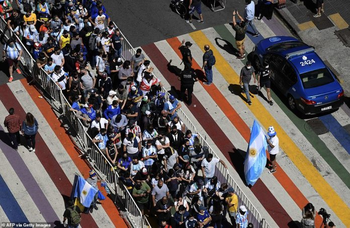 An aerial view of people queuing along the Avenida de Mayo to reach the presidential mansion during Thursday's wake