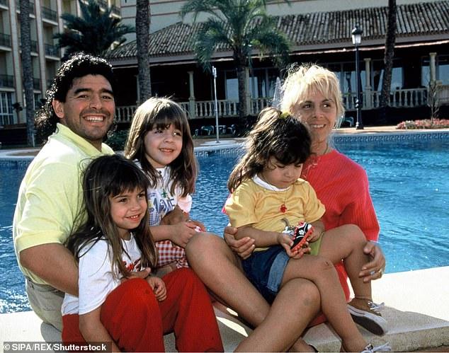 Maradona wird von fünf Kindern überlebt, darunter seine Töchter Dalma (33) und Giannina (31), von seiner ersten und einzigen Frau Claudia Villafane (58), mit der er von 1984 bis 2004 verheiratet war