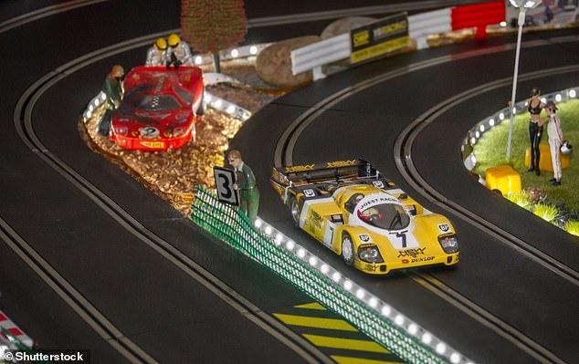 Autos rápidos: Hornby son los creadores de Scalextric, el juego de carreras de autos tragamonedas que recientemente lanzó una edición con temática de Regreso al futuro y Solo tontos y caballos.